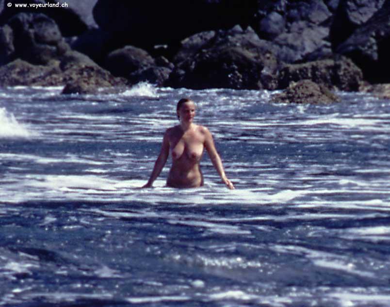 milf rubia exhibicionista bromas en la playa voyeur -