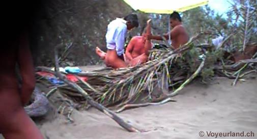 swinger am strand auf brüste spritzen